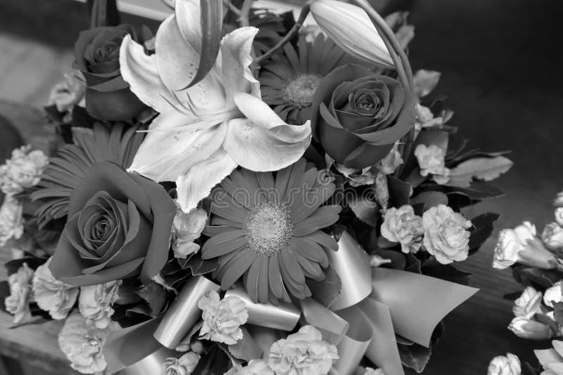 bouquet des fleurs en noir et blanc photo stock - image: 58808634
