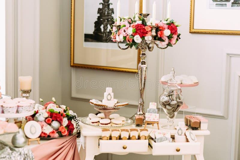 Bouquet des fleurs et des macarons dans le vase images stock