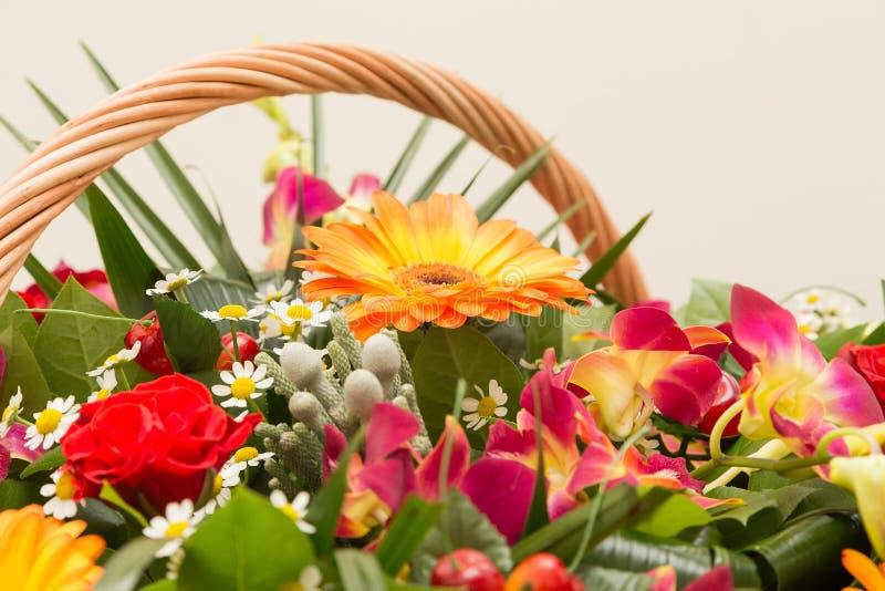 Bouquet des fleurs multicolores dans un panier wattled image libre de droits