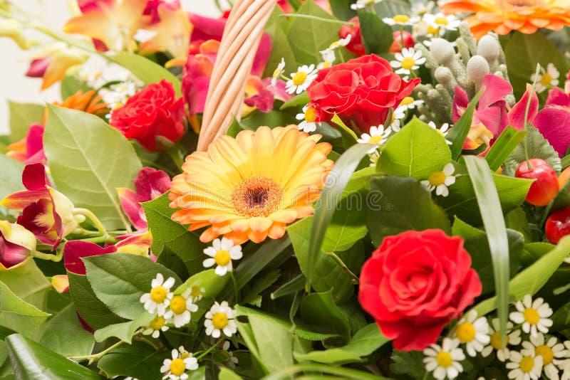 Bouquet des fleurs multicolores dans un panier wattled photographie stock