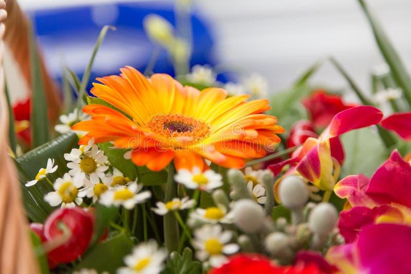 Bouquet des fleurs multicolores dans un panier wattled photos libres de droits