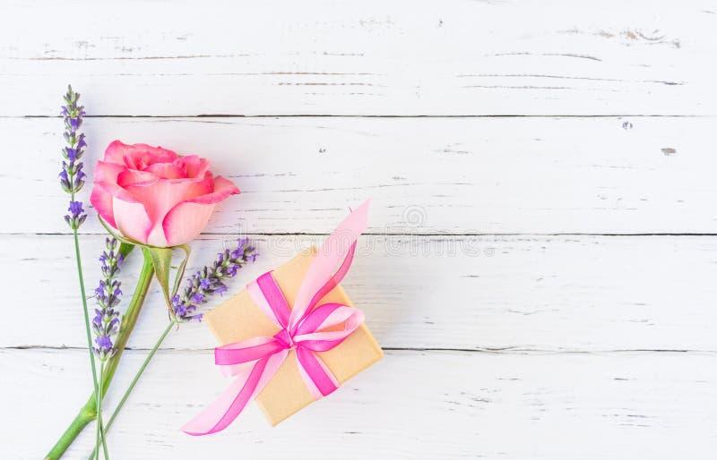 Bouquet des fleurs romantiques d'été avec le présent photos libres de droits