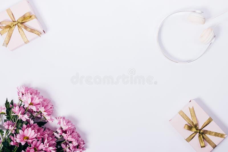 Bouquet des fleurs roses, boîte-cadeau avec des arcs images libres de droits