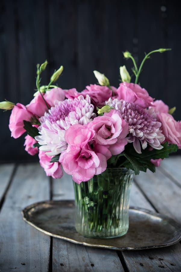 Download Bouquet Des Fleurs Roses En Décor De Vintage De Vase Image stock - Image du centrale, pétale: 77153215