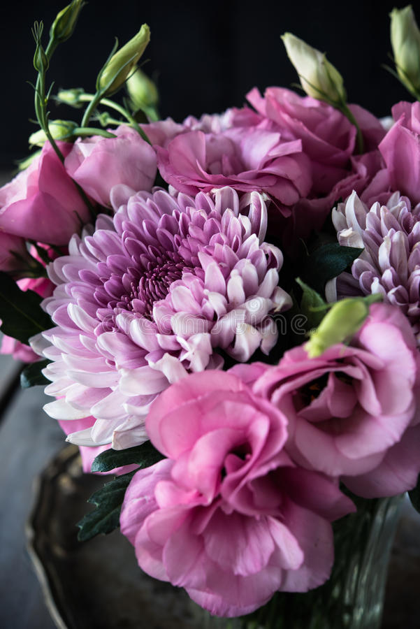 Download Bouquet Des Fleurs Roses En Décor De Vintage De Vase Image stock - Image du frais, pétale: 77153731