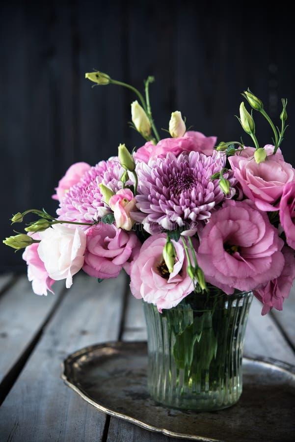 Download Bouquet Des Fleurs Roses En Décor De Vintage De Vase Image stock - Image du anniversaire, fond: 77155025