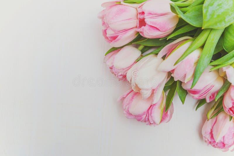 Bouquet des fleurs roses fraîches de tulipes sur le fond en bois blanc rustique photographie stock