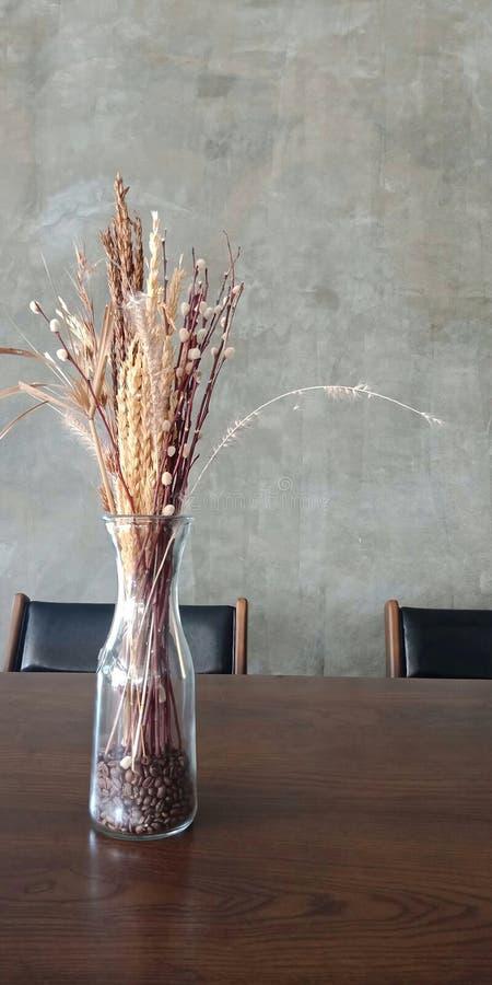 Bouquet des fleurs sèches dans le vase photographie stock libre de droits