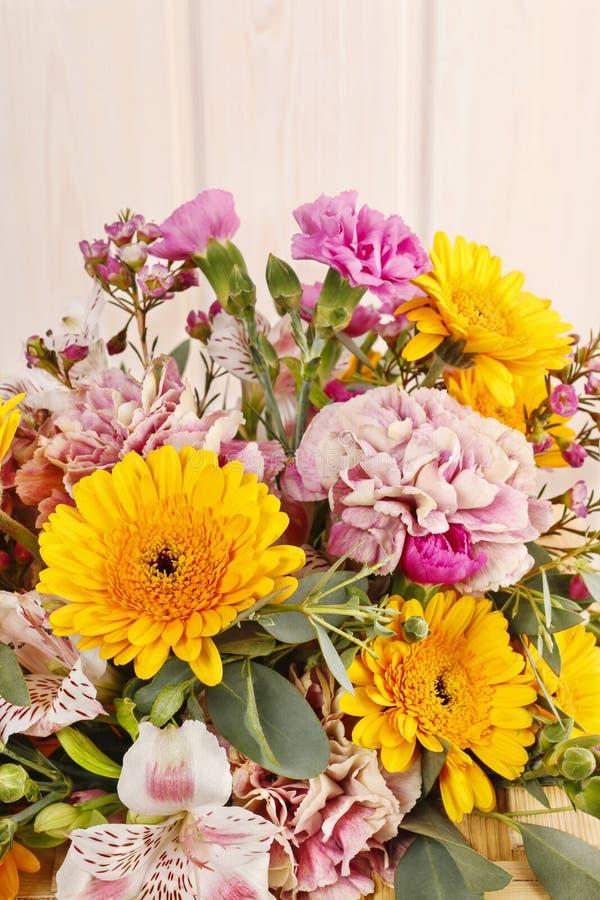 Bouquet des marguerites jaunes de gerbera et des oeillets roses image stock