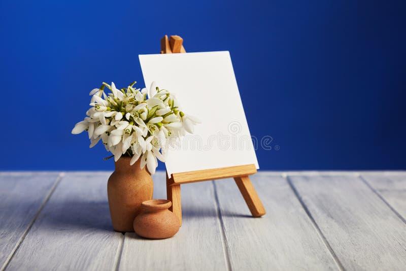 Bouquet des perce-neige et d'un petit chevalet image stock