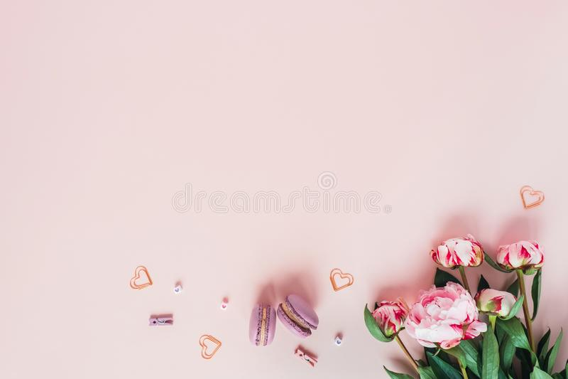 Bouquet des pivoines et des macarons avec des coeurs image stock