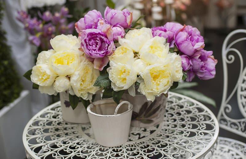 Bouquet des pivoines roses dans le vase sur la table photo stock