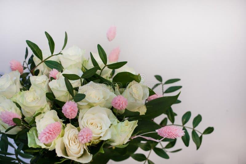 Bouquet des roses blanches avec le lagurus rose dans la perspective d'un mur blanc Copiez l'espace Jour international du ` s de f photos libres de droits