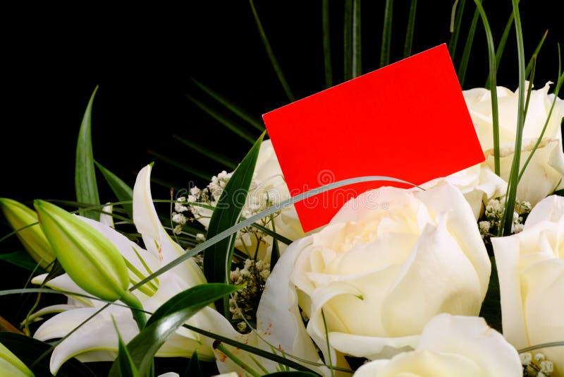 Bouquet des roses blanches avec une carte de visite professionnelle de visite photos stock
