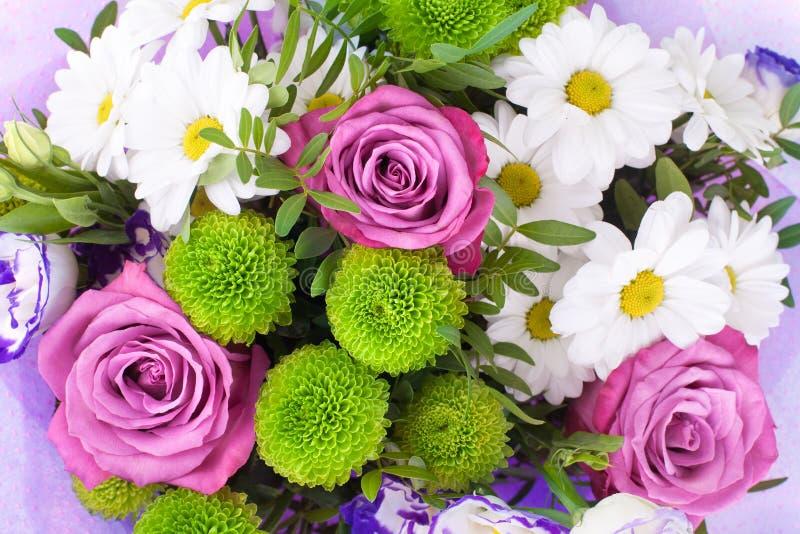 Bouquet des roses roses de fleurs, chrysanthèmes blancs avec les feuilles vertes sur la fin d'isolement par fond blanc  photographie stock libre de droits
