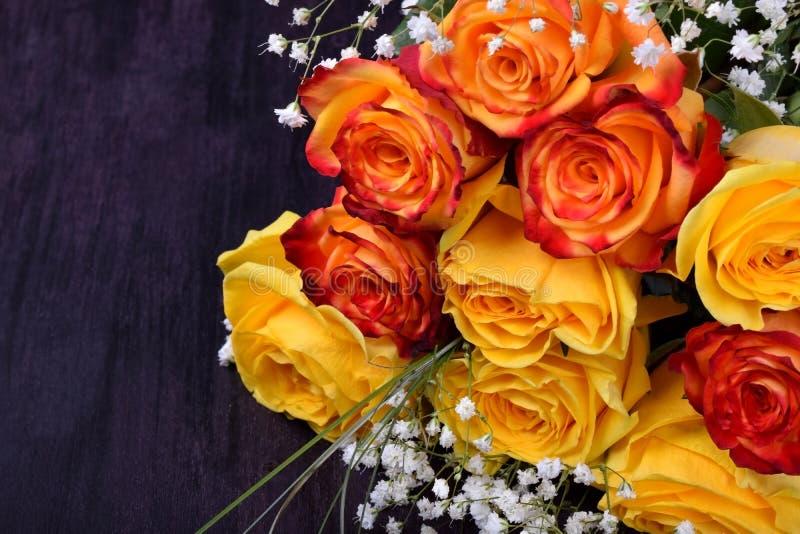 Bouquet des roses et des fleurs jaunes et oranges de gypsophila photo libre de droits