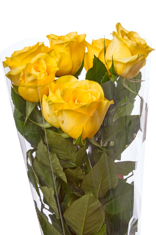 Bouquet des roses jaunes dans la cellophane photo stock