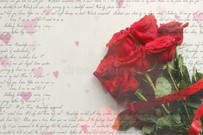 Bouquet des roses rouges avec des baisses de rosée sur le plan rapproché en bois blanc de fond de cru images libres de droits