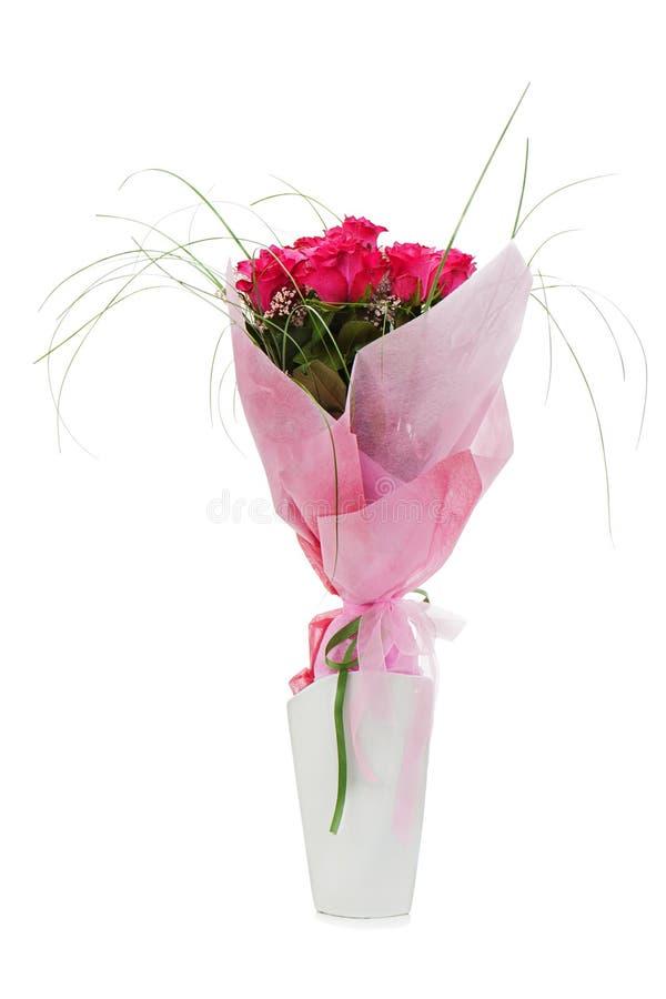 Bouquet des roses rouges dans le vase blanc d'isolement images libres de droits