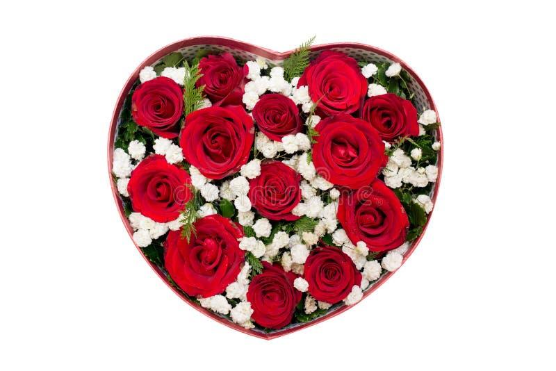 Bouquet des roses rouges et de la fleur blanche dans la boîte en forme de coeur photos libres de droits