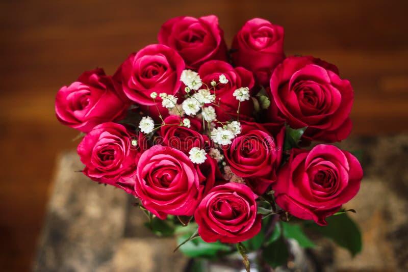 Bouquet des roses rouges pour quelqu'un spécial photographie stock libre de droits
