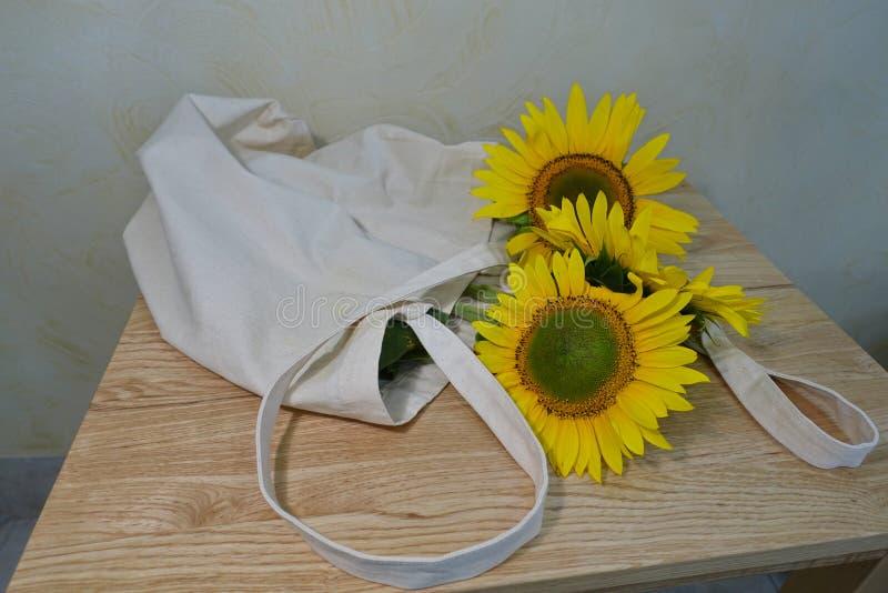 Bouquet des tournesols dans un vase photos libres de droits
