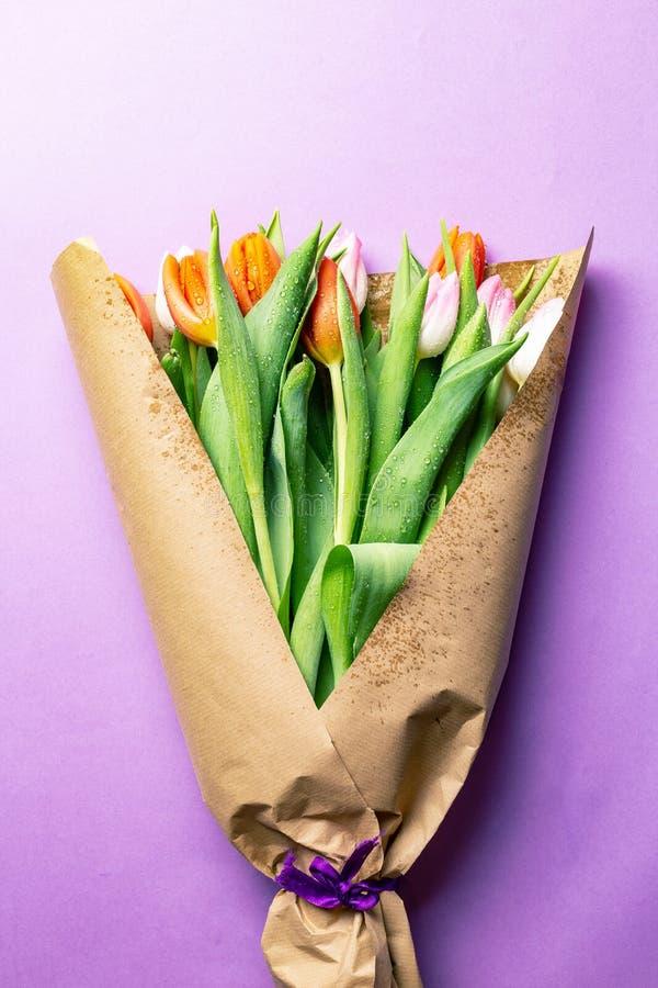 Bouquet des tulipes enveloppées en papier brun images stock