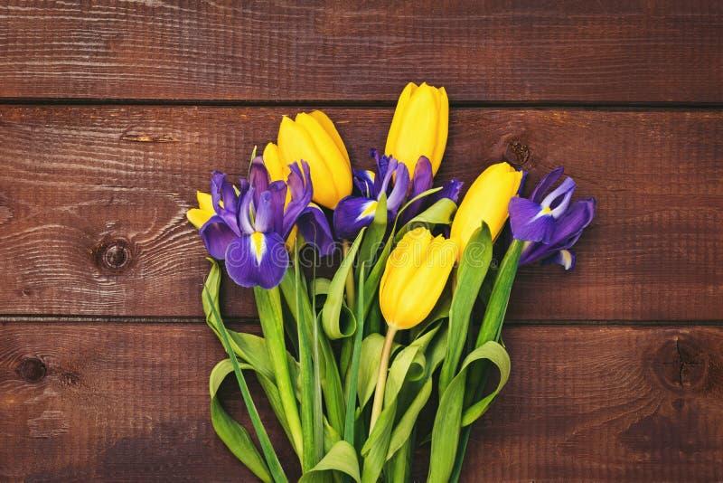Bouquet des tulipes et des iris jaunes photo stock