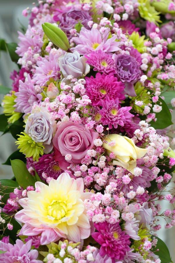 Bouquet di fiori colorati, disposizione di fiori diversi, decorazioni di nozze, cartolina immagini stock libere da diritti