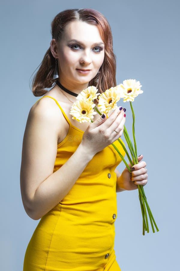 Bouquet di giovane donna caucasica tranquil posa con fiori immagini stock libere da diritti