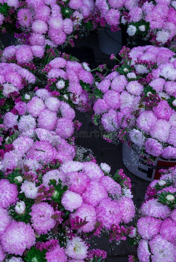 Bouquet di maestri di Chic lilac venduti sul mercato fotografia stock