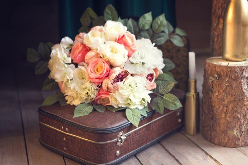 Bouquet doux de mariage sur le sac photo stock