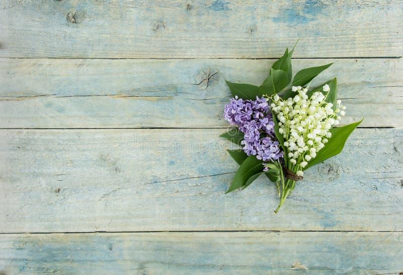 Bouquet du muguet de fleurs sur la table rustique de turquoise photos libres de droits