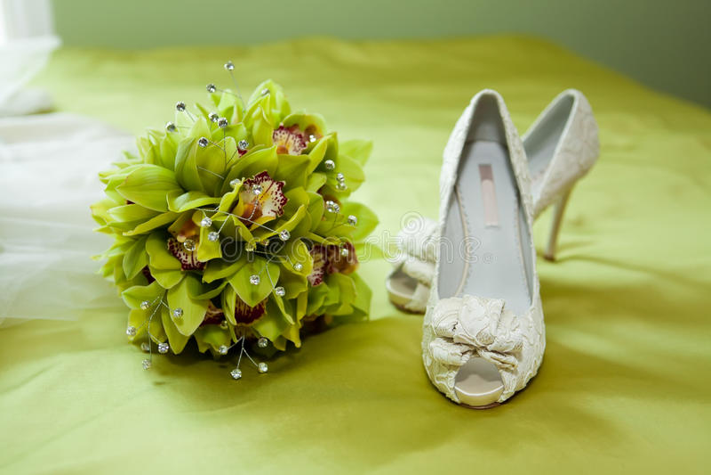 Bouquet et chaussures de mariage images libres de droits