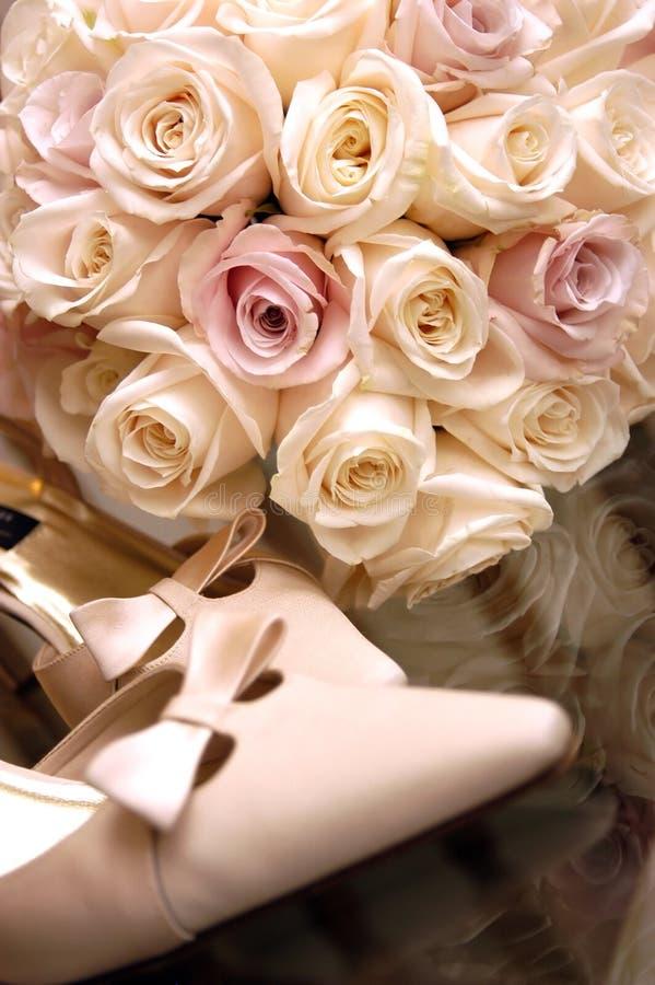 Bouquet et chaussures - fleurs pour un mariage image libre de droits