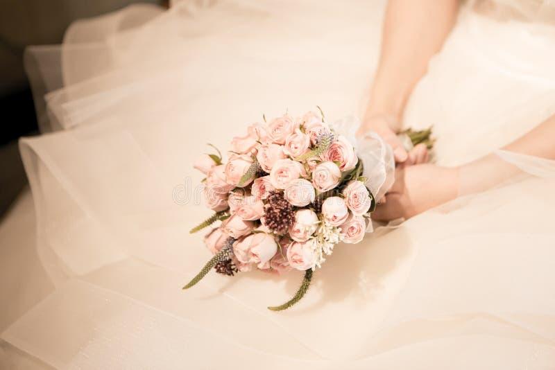 Bouquet et robe nuptiales photographie stock libre de droits
