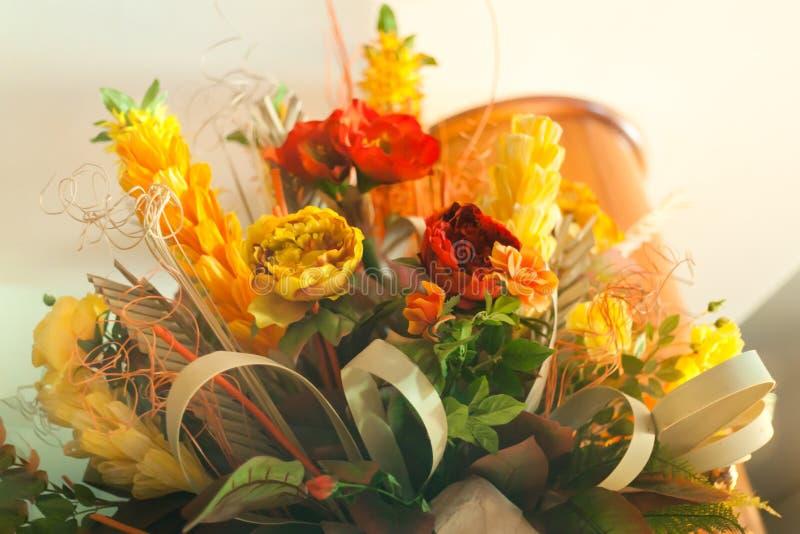 Bouquet floral de mariage blanc orange rouge jaune de centre de table photos stock