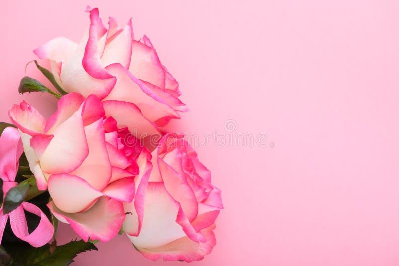 Bouquet floreale con salamoia rosa di pesche da giardino fiori di rosa su sfondo di festività rosa, concetto del giorno dell'8 ma immagini stock libere da diritti