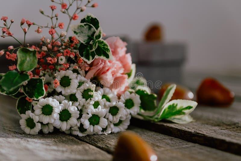 Bouquet haut étroit de fleur avec le boîte-cadeau et pierre sur le fond en bois Peut être employé pour épouser, fête des mères, v photo stock