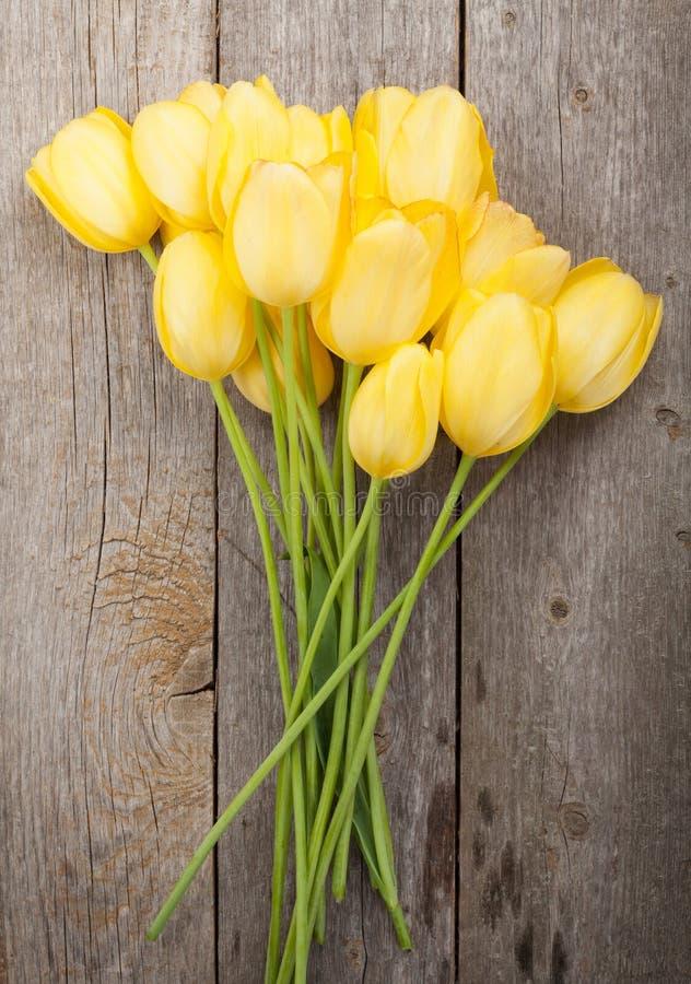 Bouquet jaune frais de tulipes images libres de droits