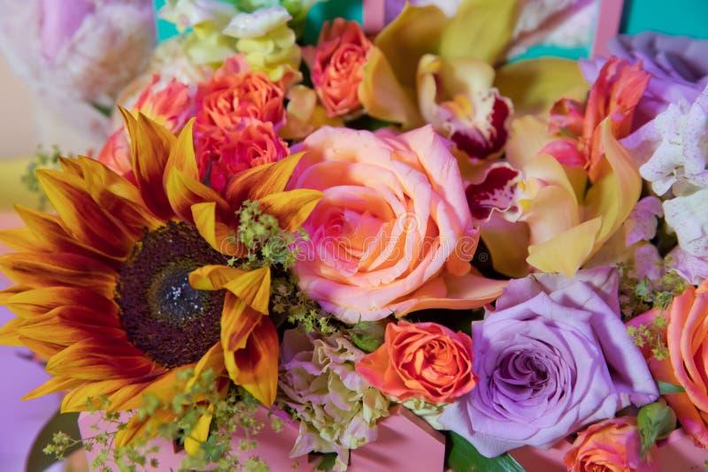 Bouquet mélangé coloré avec de diverses fleurs de ressort en décor floral, fond l'épousant coloré de fleurs Composition florale m image stock