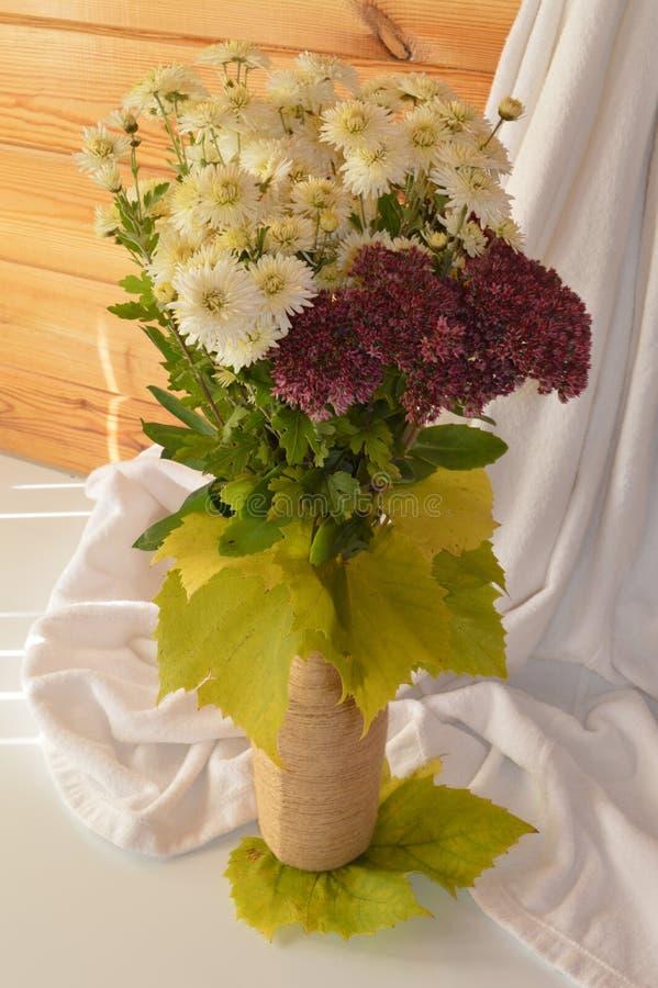 Bouquet mélangé dans un vase image stock