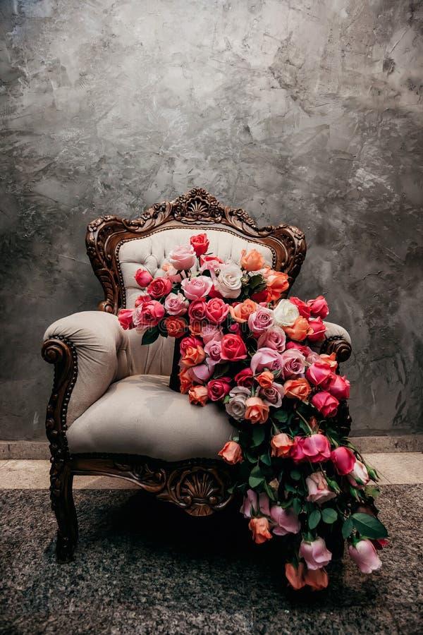 Bouquet majestueux au-dessus d'une chaise photos libres de droits