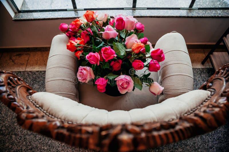 Bouquet majestueux au-dessus d'une chaise dans la fin images stock