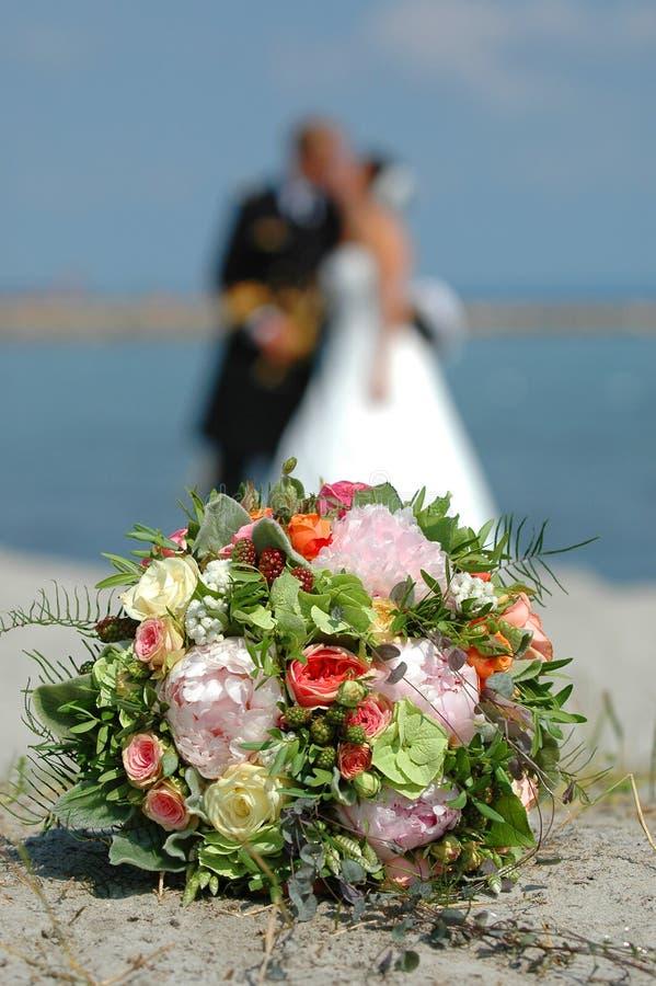 Bouquet, mariée et marié photos libres de droits