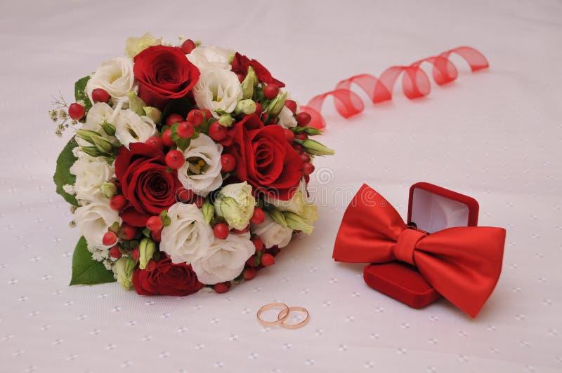 Bouquet, mariage, amour, bague de fiançailles, fiançailles, romance, bonheur, fidélité, roses, bouquet, papillon, rouge, jeune ma images stock