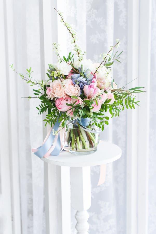 Bouquet mignon des fleurs roses massives image stock