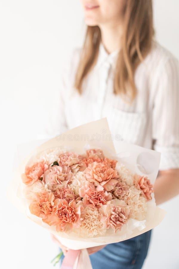 Bouquet mono des clous de girofle Bouquet sensible des fleurs m?lang?es chez les mains de la femme le travail du fleuriste ? un f photo libre de droits