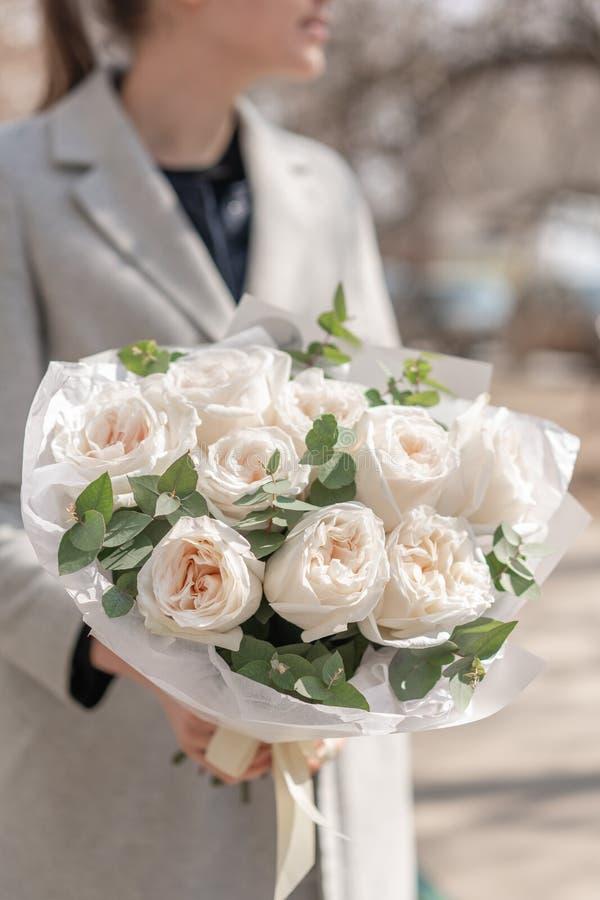 Bouquet mono des roses de jardin Bouquet sensible des fleurs m?lang?es chez les mains de la femme le travail du fleuriste ? une f photo stock