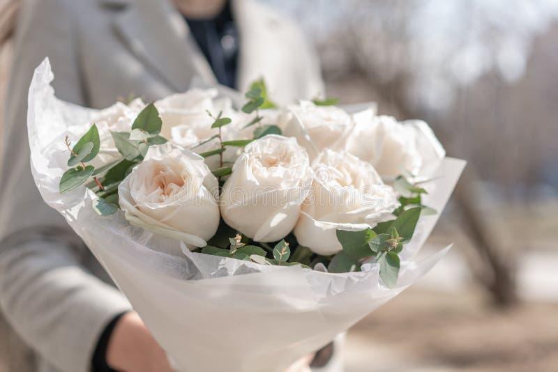 Bouquet mono des roses de jardin Bouquet sensible des fleurs m?lang?es chez les mains de la femme le travail du fleuriste ? une f images stock